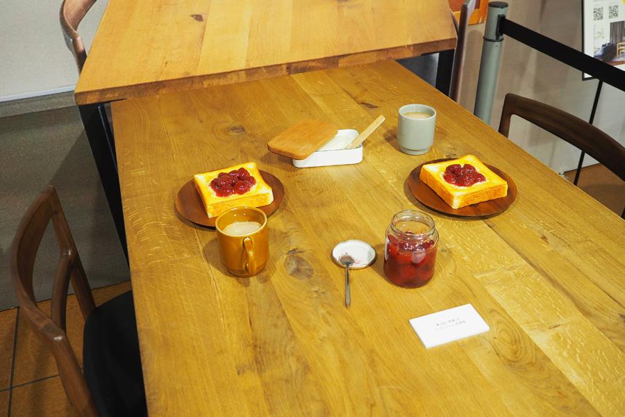 第2話でいちごジャムのトーストを食べるシーンを再現したドラマの舞台セット