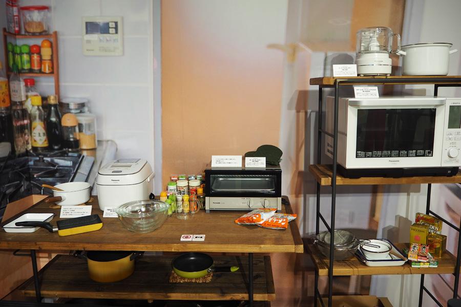 キッチンを再現した舞台セットには、親切に家電の詳細パネルも