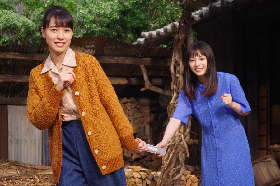 バトンタッチセレモニーに登場した戸田恵梨香(左)と広瀬すず(9月17日・NHK大阪)