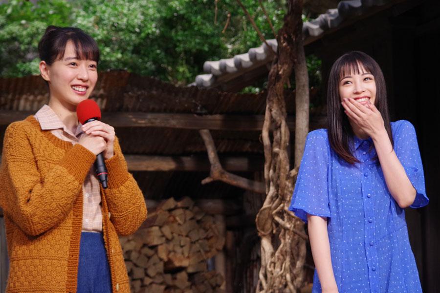 「開放感を感じた」という戸田恵梨香(左)からの第一印象に顔を赤らめた広瀬すず(9月17日・NHK大阪)