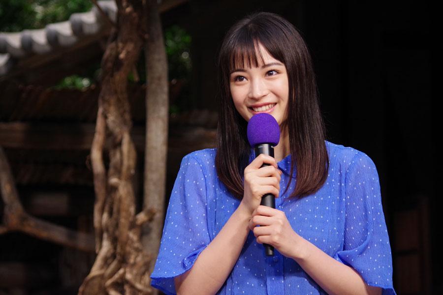『なつぞら』から『スカーレット』へのバトンタッチセレモニーにて。次期ヒロインを担う戸田に「私は長い撮影期間のなかでわりと大丈夫だったので、全然大丈夫じゃないかな」とエールを送った広瀬すず(2019年9月17日・NHK大阪)