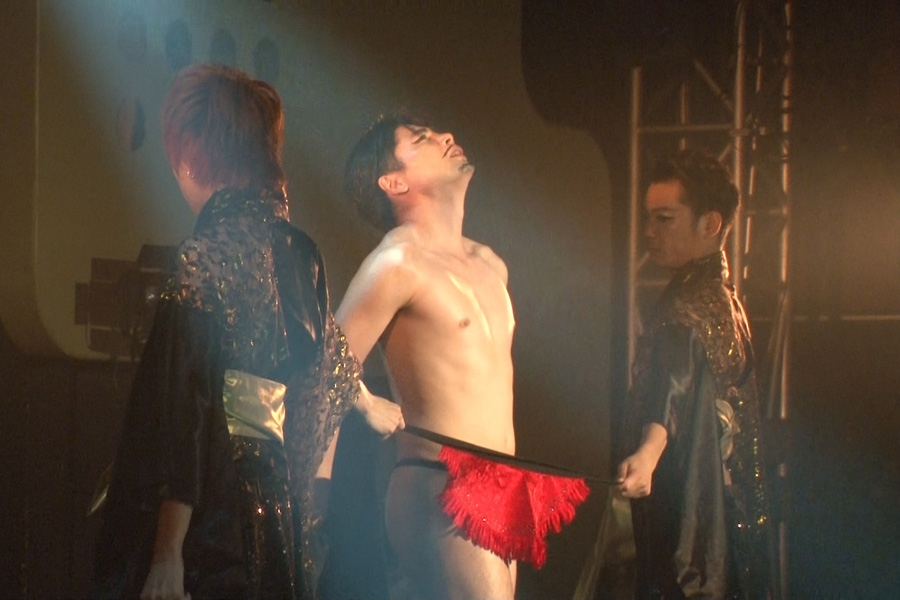 踊りに合わせてきらびやかな衣装を脱ぎ捨てていくという、セクシーなパフォーマンスを披露する吉村崇(写真提供:MBS)