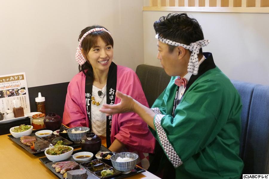大阪グルメを堪能する浅尾美和(左)