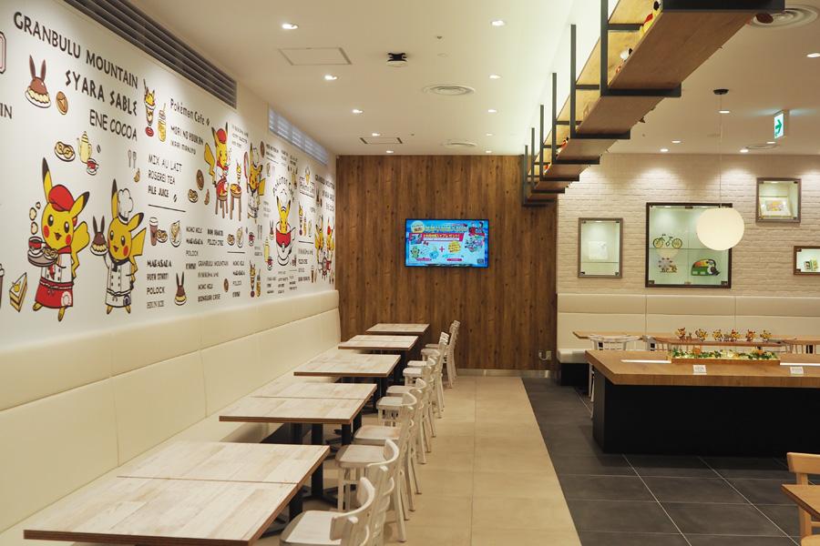 店内にはカフェ限定デザインのピカチュウがたくさん