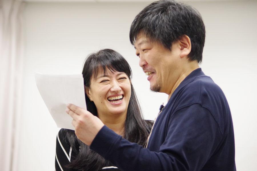 稽古場で主人公のおばあちゃんを演じる春野恵子とおじいちゃんを演じる隅本晃俊