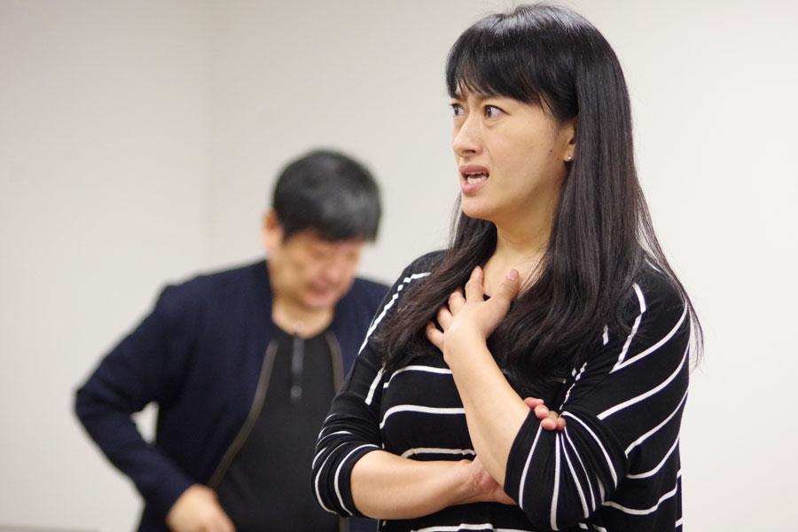 主人公のおばあちゃんを演じる、稽古中の春野恵子