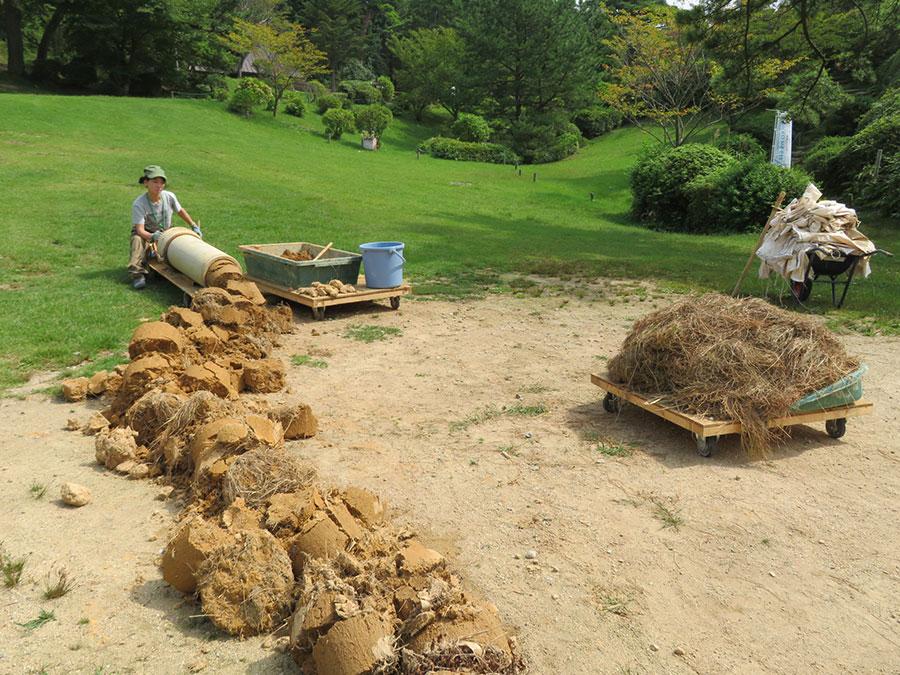 「六甲山カンツリーハウス」で展示されている、野村由香の作品。六甲山の土と草を練り込み、土管に詰めた後、押し出す作業を延々と繰り返す