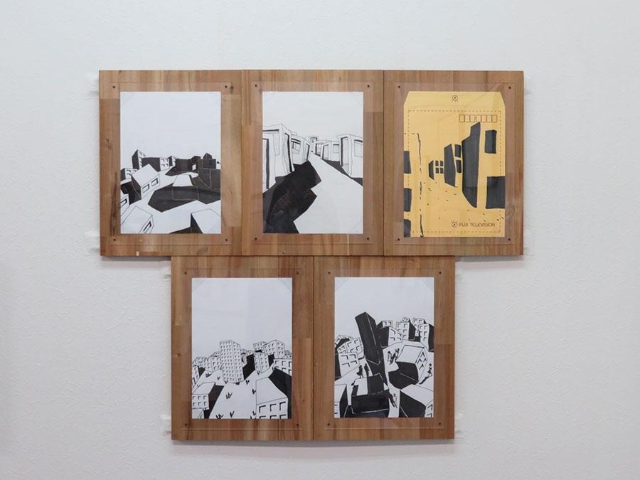 「六甲山カンツリーハウス」内のカンツリーグリルで展示されている、浅野忠信の作品。たくさんのドローイングを出展