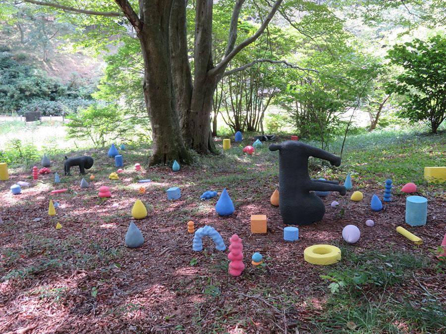 「六甲高山植物園」で展示されている杉谷一考の作品。カラフルで丸っこい陶オブジェが森の中に点在する