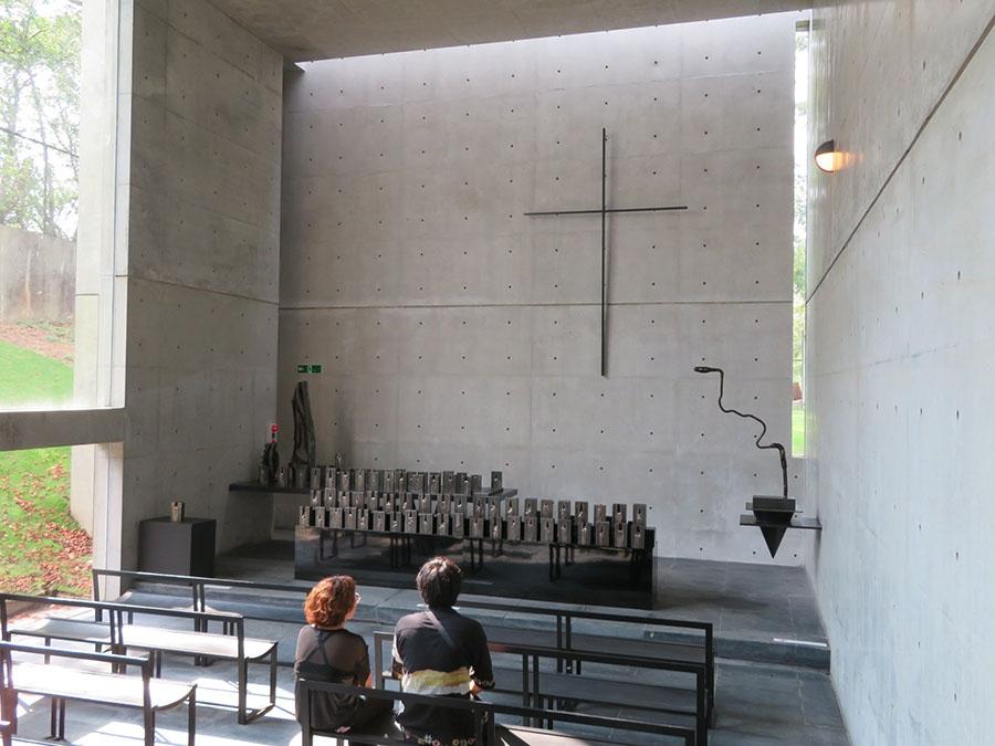 「風の教会」で展示されている、榎忠の作品。ハードな鉄の彫刻と、ミニマルな安藤忠雄建築の共演にも注目を