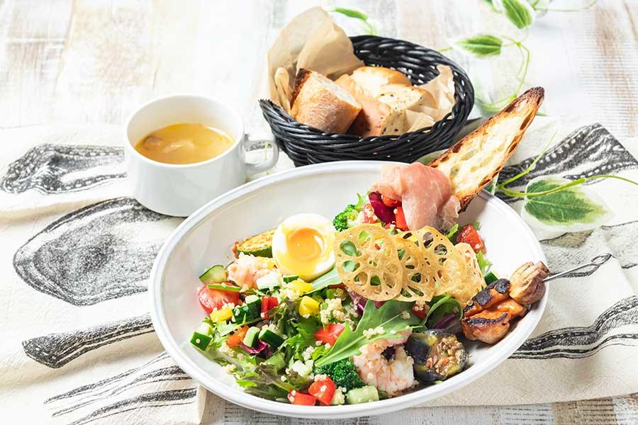 ランチのTUFFEサラダプレート1700円は、季節の野菜やフルーツに、キヌア、生ハム、魚介類などもトッピング