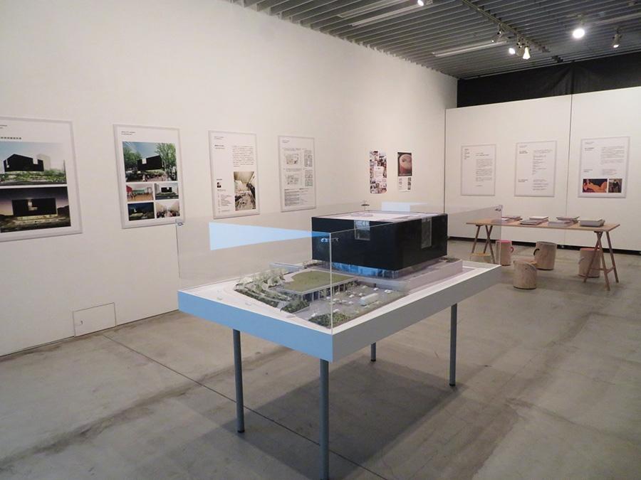 2021年度に開館予定の「大阪中之島美術館」。その建築模型とパネル展示の様子