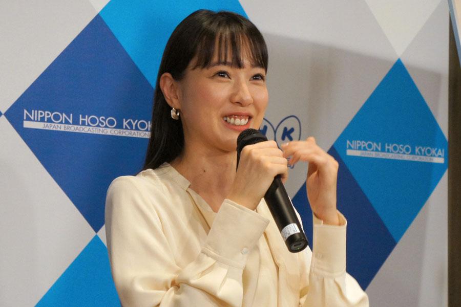 笑顔で応じる戸田恵梨香