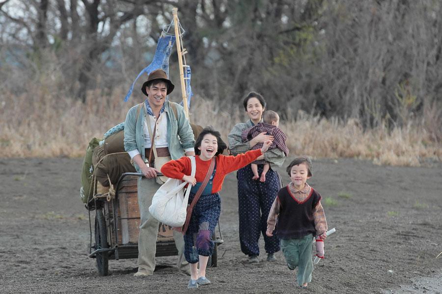 信楽へ向かう途中、琵琶湖で休憩をする川原一家。左から常治(北村一輝)、喜美子(川島夕空)、マツ(富田靖子)、百合子、直子(やくわなつみ)