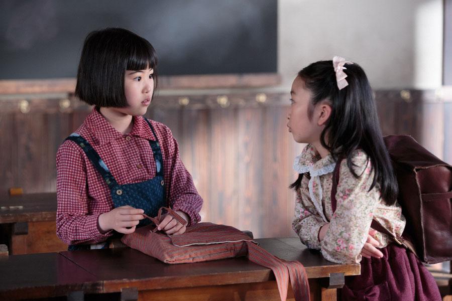 小学4年生の教室で、喜美子(左・川島夕空)に「お友だちになってあげてもええよ」と上から目線の照子(横溝菜帆)