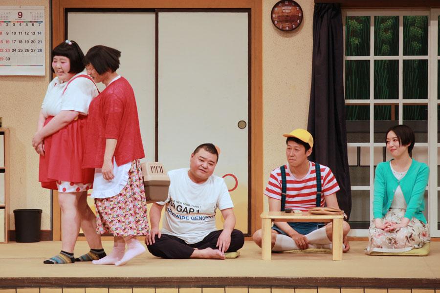 全国47都道府県ツアーの千秋楽で一緒に舞台に上がった4座長。左から酒井藍、すっちー、川畑泰史、小籔千豊と劇団員の宇都宮まき