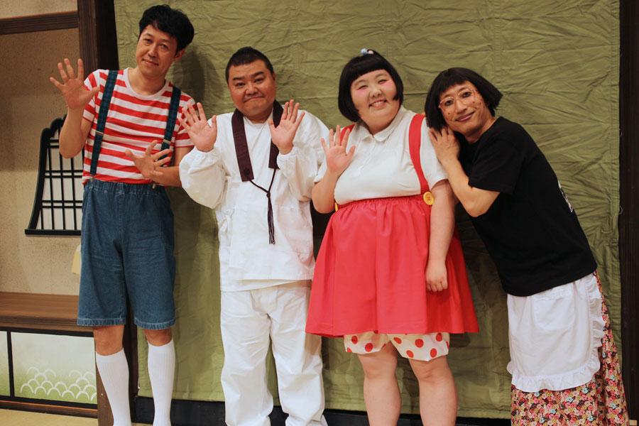 全国47都道府県ツアーを終え、ホッとした表情の4座長。左から小籔千豊、川畑泰史、酒井藍、すっちー(9月8日・なんばグランド花月)