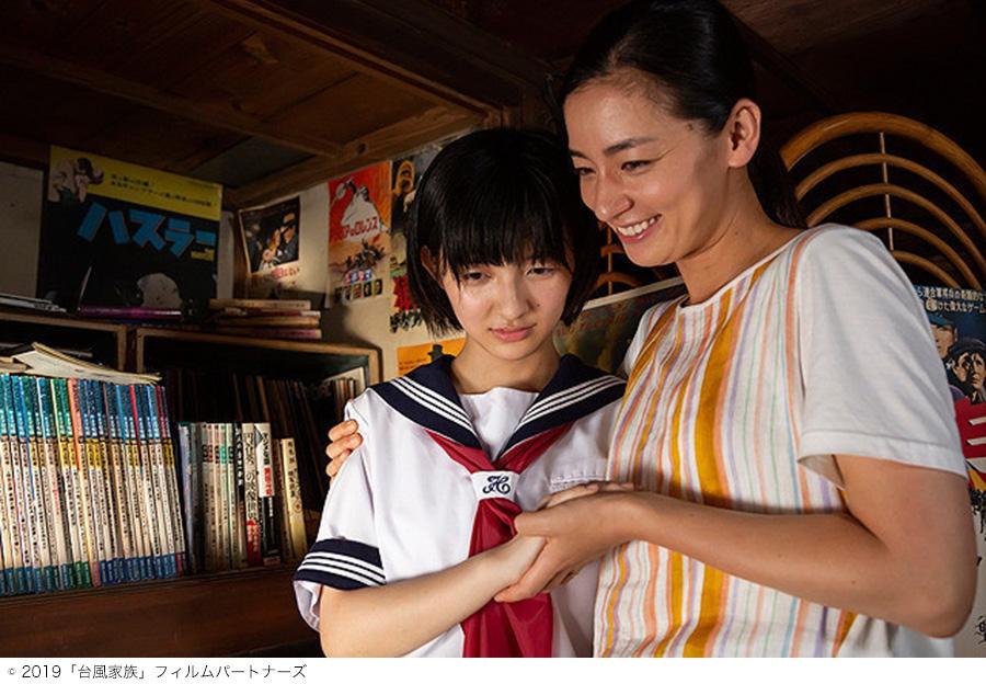 映画『台風家族』のワンシーン(左から、甲田まひる、尾野真千子)