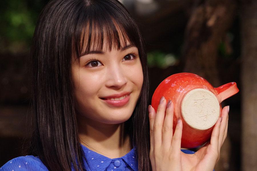 戸田恵梨香のハンドメイド陶器を手にする広瀬すず。マグカップの底には「すず」の文字が刻印