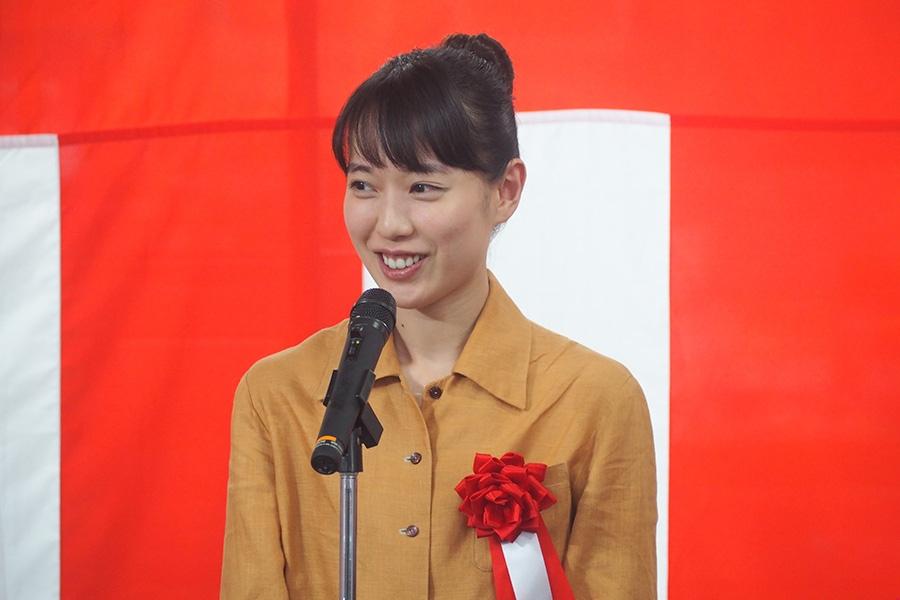 『スカーレット』ラッピング列車の出発式に参列した女優・戸田恵梨香(29日・信楽駅)