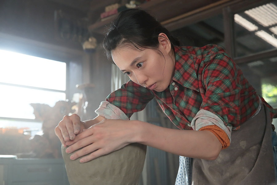 3カ月間、陶芸の猛特訓を受け、撮影に臨んだ戸田恵梨香 © NHK