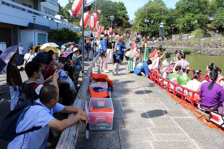 突然現れた奈良時代の天平人の集団に歓声が上がり、多くの人がスマホやカメラで撮影