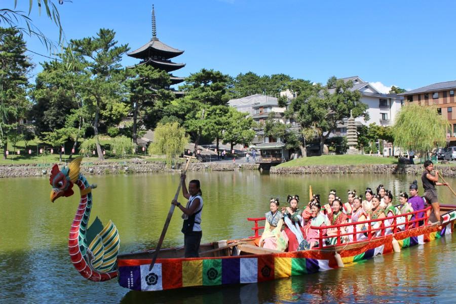 興福寺の五重塔をバックに猿沢池の管絃船を楽しむ姿は、奈良時代へタイムスリップした采女のように優美