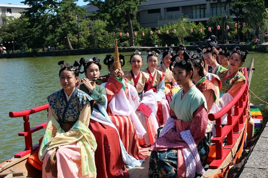 14人乗りの管絃船をジャックし、多くの観光客を奈良時代へと誘った天平衣装愛好家ら