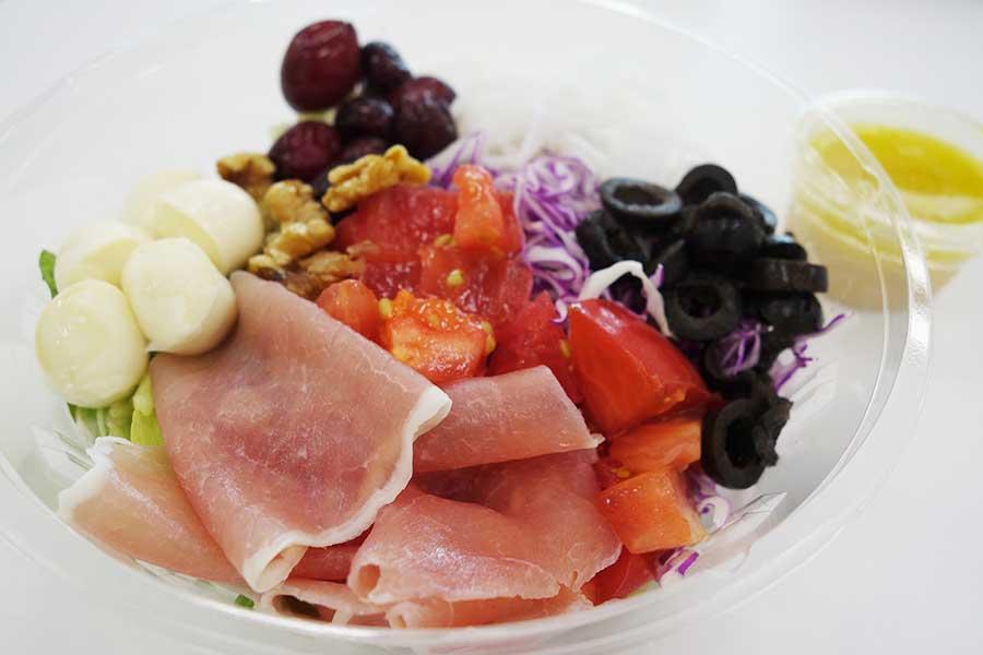 季節限定、秋の味覚美腸サラダ1200円(税別)。生ハム、ぶどう、くるみ、紫キャベツなど。麹入りドレッシングは4種から選べる