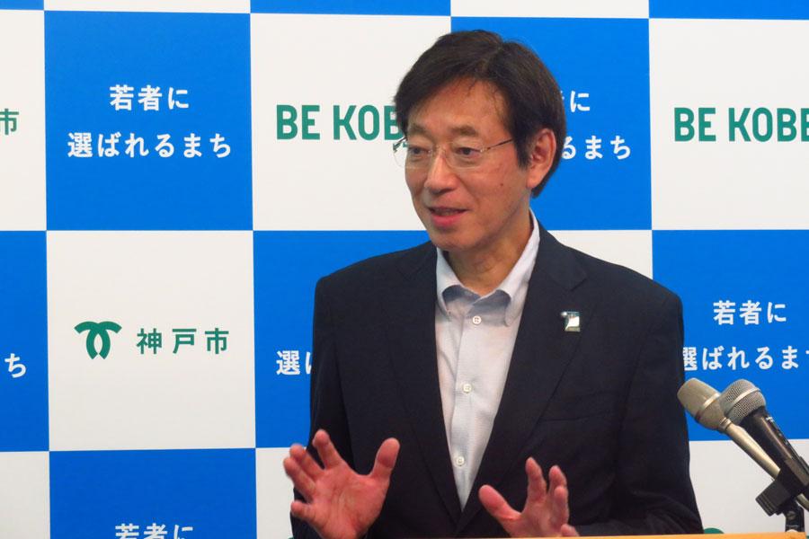 WECPに加盟した際、チャールズ皇太子からサプライズメッセージがあったことを喜ぶ久元喜造神戸市長(20日・神戸市役所)