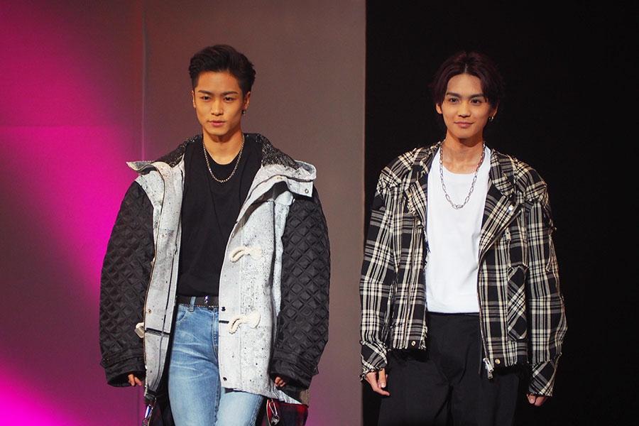 大阪・難波でおこなわれたイベントにサプライズで登場した川村壱馬(左)と吉野北人(28日・大阪市内)