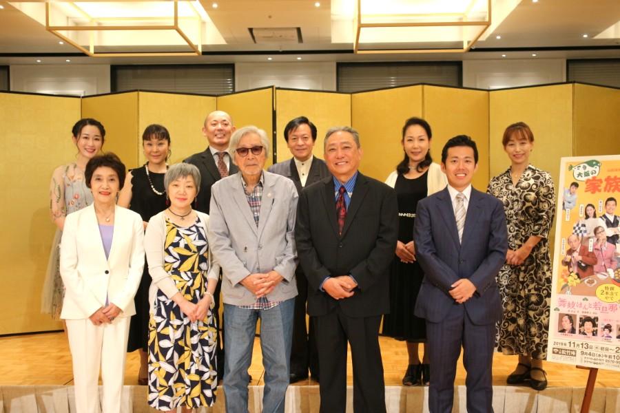製作発表をおこなった山田監督や脚本・演出助手のわかぎゑふ、座長の渋谷 天外はじめ松竹新喜劇のメンバーら