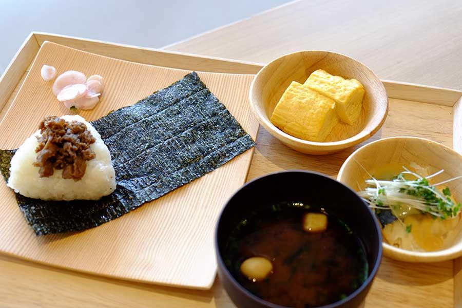 カフェレストラン「プレミアムマルシェ BIWAKO」では、 おむすびやお惣菜(各250円)、みそ汁(150円)などを提供するほか、スイーツやドリンクも