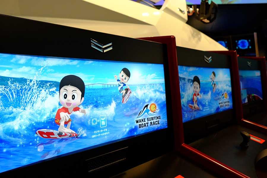 「SEA AREA」で遊べる「ウェイクサーフィンボートレース」。うまくプレイできると、ヤンマーのキャラクター「ヤン坊マー坊」がトリックをみせてくれる
