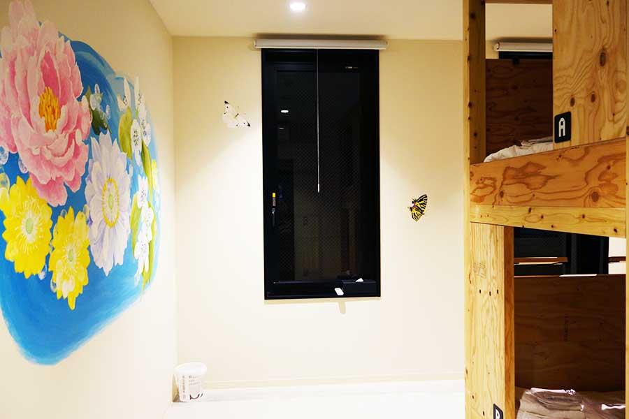 76室1つずつアートワークが異なる。写真はドミトリー(相部屋)