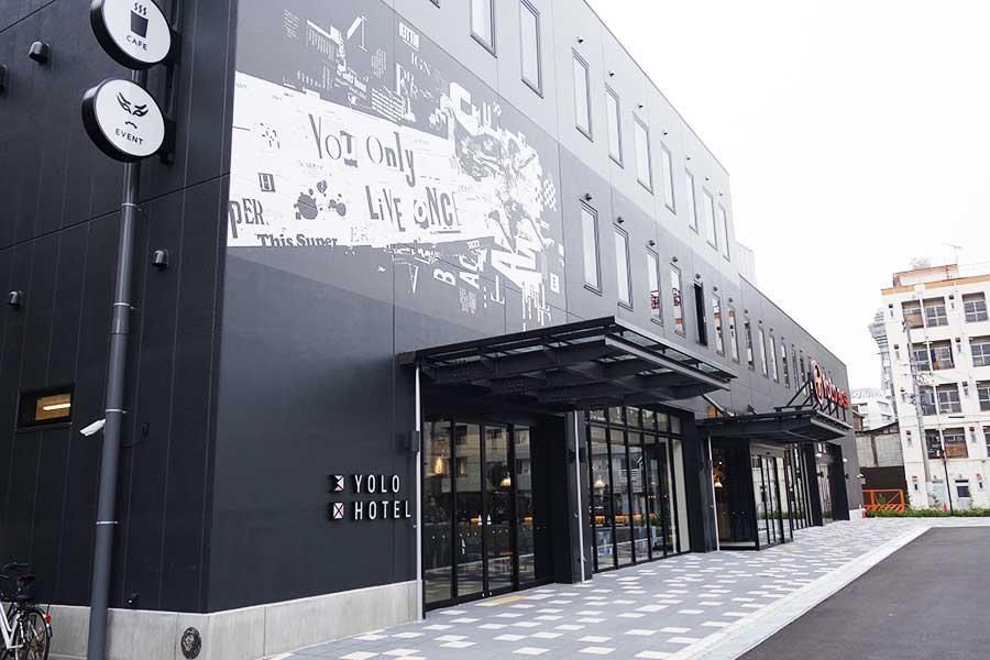 南海電車の高架沿いに位置する「YOLO HOTEL MUSEUM」