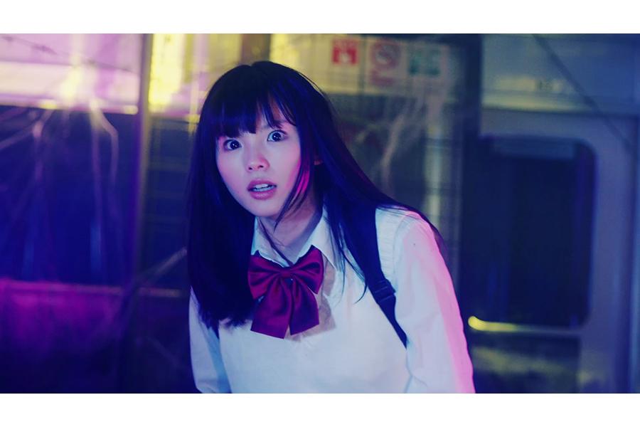 不気味な列車の中で逃げ惑う女子高生は、女優・小西はるが演じる