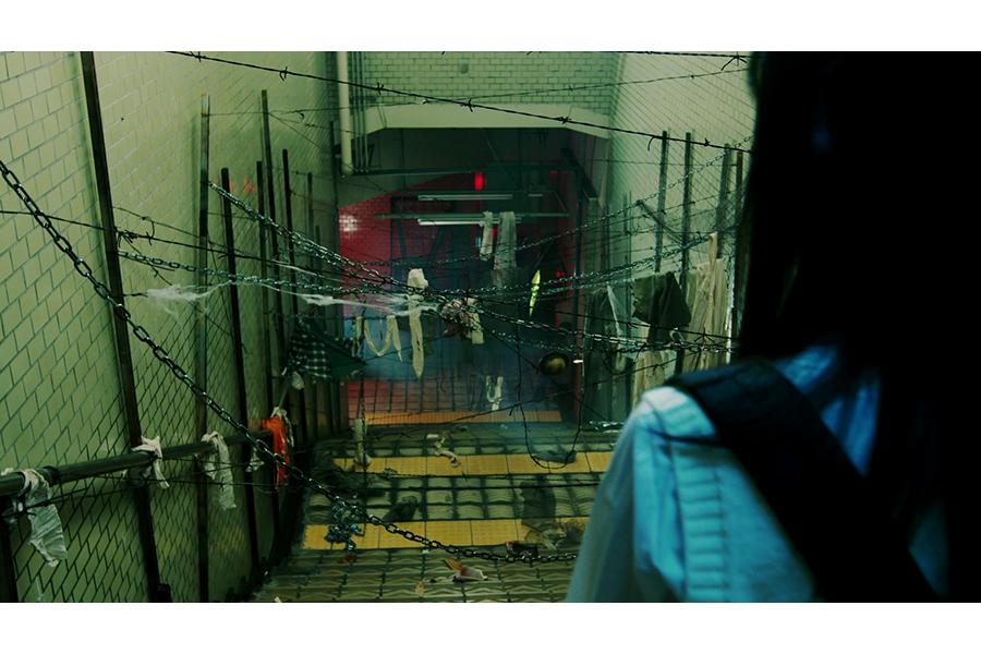 幽霊の手で引き留められる改札、有刺鉄線だらけの不気味な駅構内など、実際の駅を使って撮影された映像
