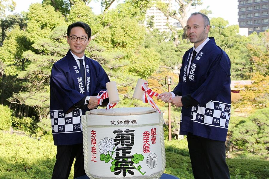 記者発表会に出席したアンドレス・イニエスタ選手(右)と、「菊正宗酒造」の嘉納治郎右衞門社長(28日・神戸市内)