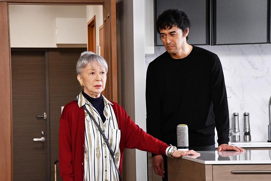 カンテレ『まだ結婚できない男』より、母・育代(草笛光子)と独身男・桑野信介(阿部寛)