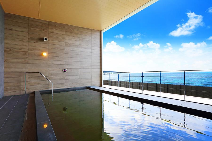 海を一望できる「アクアイグニス 関西空港 泉州温泉」の露天風呂