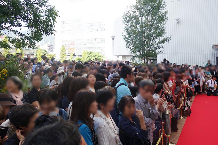 浅野ゆう子のトークをお目当て、多くの人が会場に集った