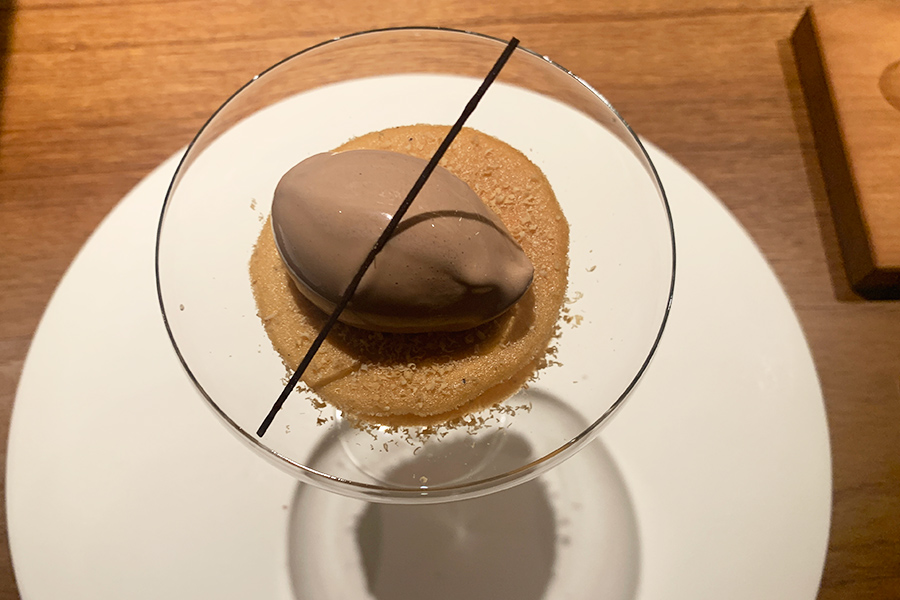 コース内容は月替わり。10月の2品目は、リンゴのソテーとシナモンのクリームをラングドシャでサンドし、チョコレートアイスをのせたデセール。