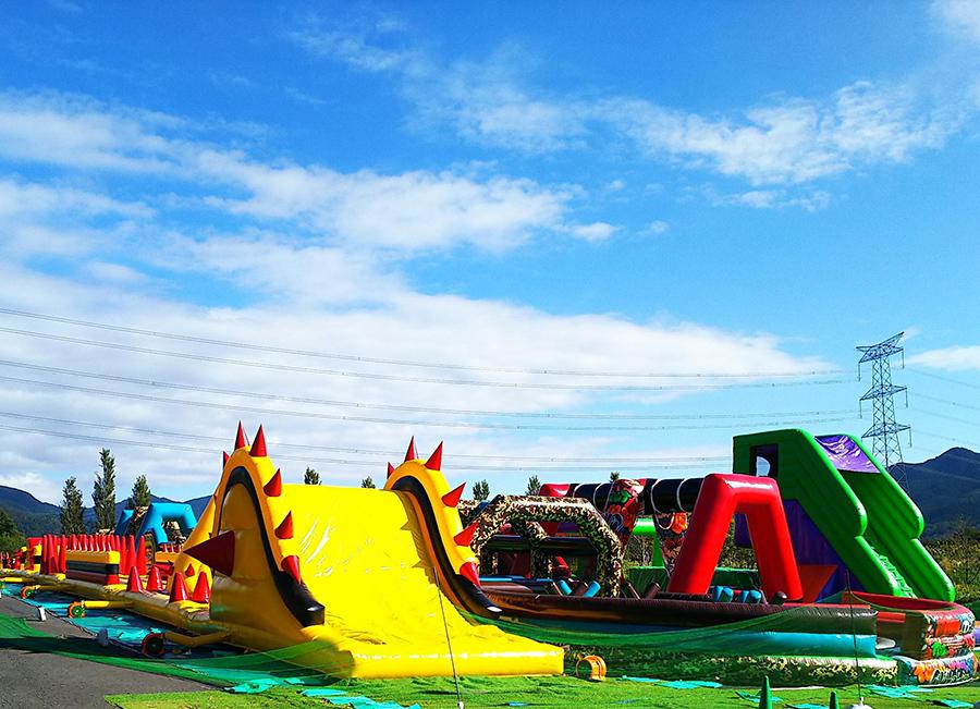 子どもたちに人気のエアー遊具を全長60m、240mものコースで楽しめる
