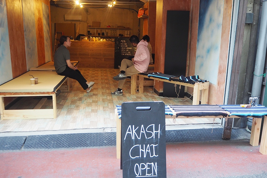 問屋が集まる「丼池ストリート」に突如現れたチャイ専門店。畳が敷かれたイスで休むシャドさんの姿も度々見られる(大阪市中央区)