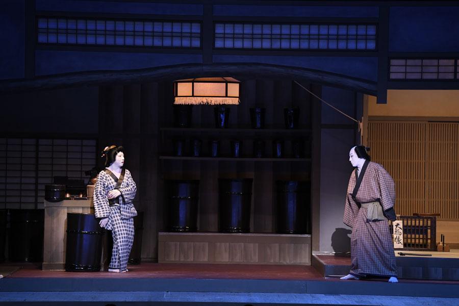 クライマックスで対峙する与兵衛役の松本幸四郎(右)とお吉役の市川猿之助 (C)松竹