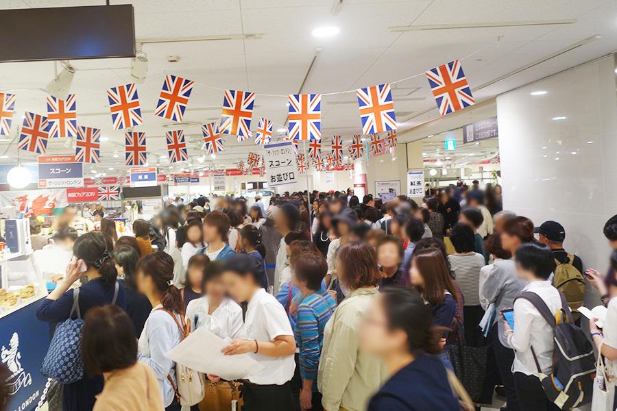 開店と同時に各店に行列。「ザ・リッツ・ロンドン」は1時間以上の行列に