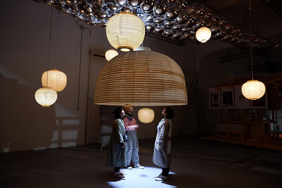 伝統的な「京提灯」の老舗「小嶋商店」と京都造形芸術大学の学生たちがコラボした空間展示