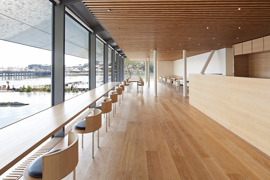 渡月橋を望むカフェでは、「パンとエスプレッソと」によるオリジナルのパフェやパニーニをいただける