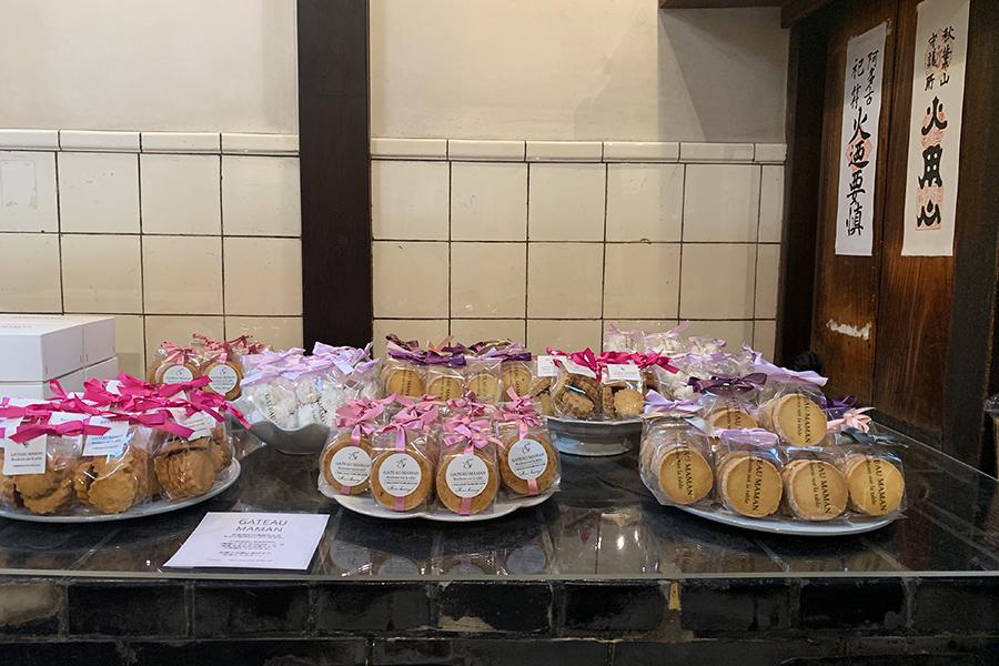 静岡に店を構える「GATEAU MAMAN」の菓子はおくどさんを使ってディスプレー(売り切れ次第終了)